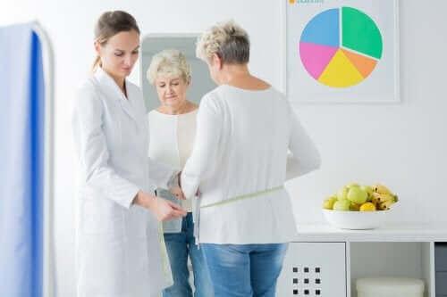 mulher na menopausa consultando médica