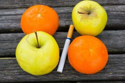 Duas maçãs, duas laranjas e no meio um cigarro