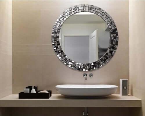 O secador de cabelo ajuda a desembaçar o espelho do banheiro