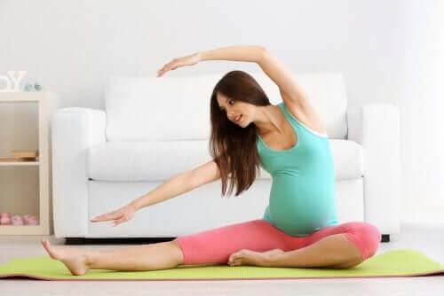 A ioga para mulheres grávidas pode ajudar a aliviar a dor óssea
