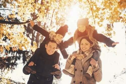 família desfrutando de passeio no parque no outono