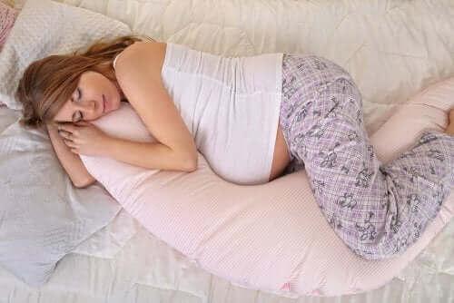 Descansar e evitar passar muito tempo em pé pode ajudar a reduzir o desconforto.