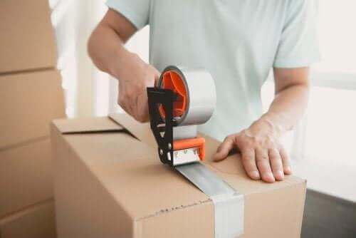 Homem embalando em caixas para organizar a casa