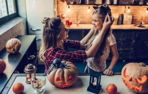 Mãe fantasiando garota no Halloween