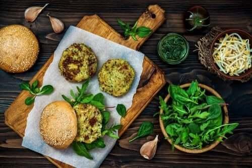 A textura carnuda dos cogumelos nos permite fazer hambúrgueres veganos.