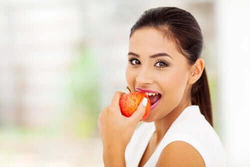Mulher comendo maçã