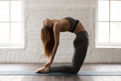 5 posturas de yoga para trabalhar seus abdominais