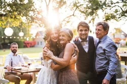 Noiva e noivo com o padrinho e madrinha rindo