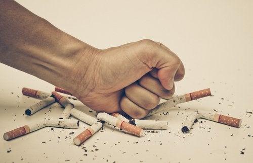 Mão rejeitando alguns cigarros: cuidando da saúde mental