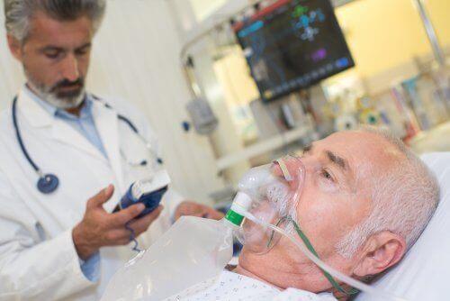 Paciente com oxigênio no hospital