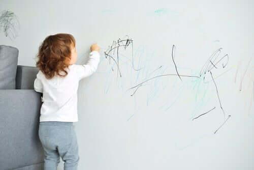 Criança rabiscando a parede