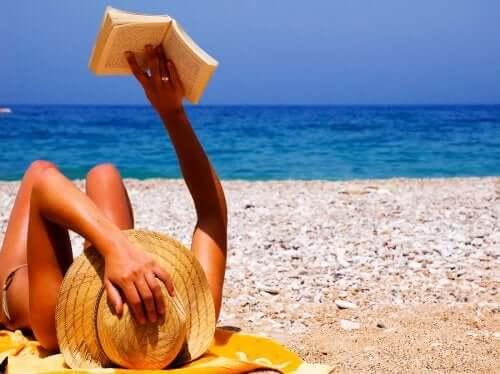 Mulher na praia lendo um livro
