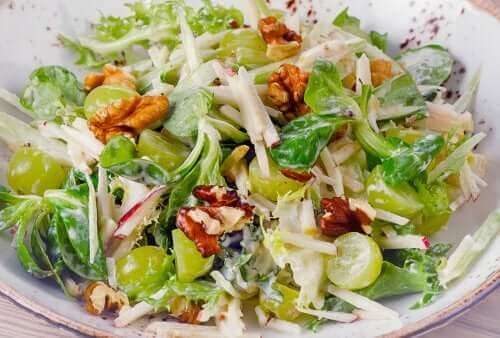 Salada waldorf com salsão