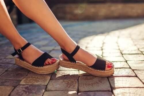 3 soluções para eliminar o mau cheiro das sandálias