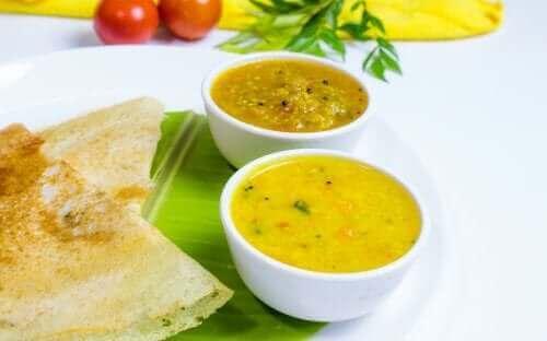 A sopa de sambar é feita misturando ingredientes vegetais com especiarias indianas clássicas.