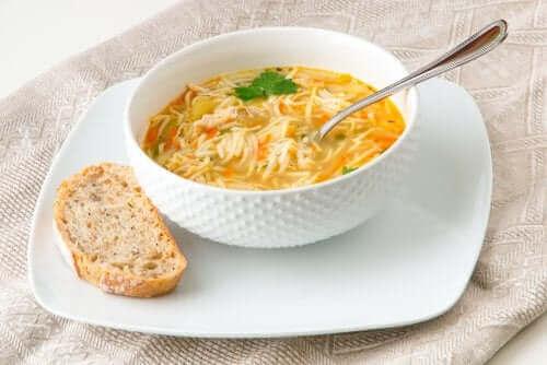 sopa de macarrão com verduras como top 4 das sopas vegetarianas