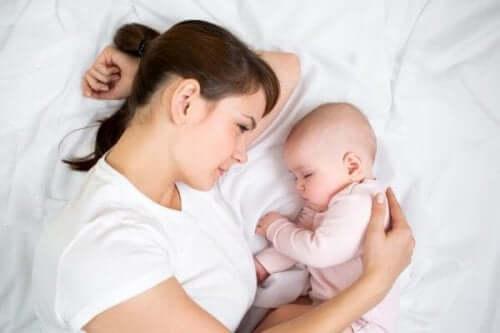 Mãe deitada com sua filha