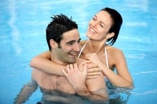 Casal em piscina no verão