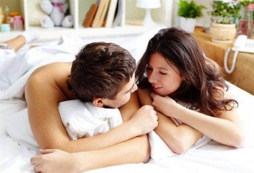 Casal se olhando na cama