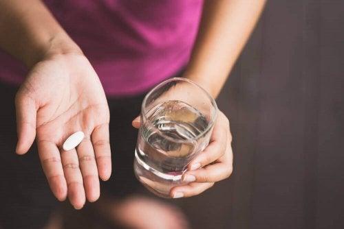 Mulher tomando norfloxacino