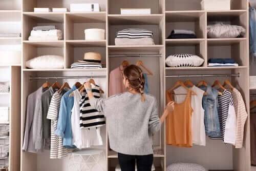 Conselhos para não acumular roupas no armário