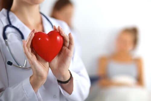 É importante seguir as orientações do médico sobre alimentação e saúde cardiovascular