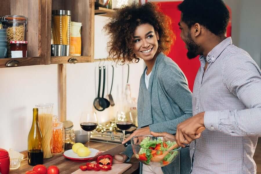 Os benefícios de cozinhar a dois para o casal