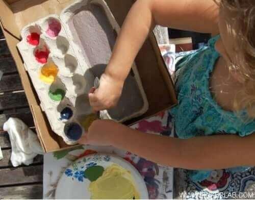 Criança fazendo arte