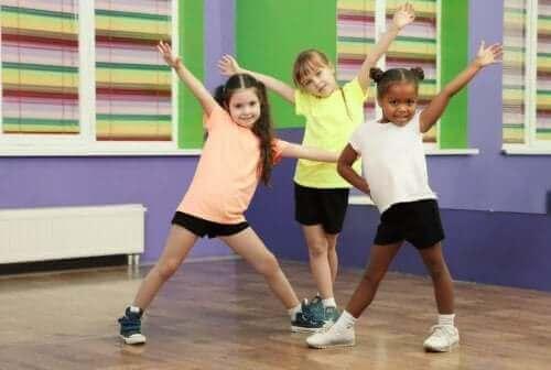 Crianças fazendo atividade física