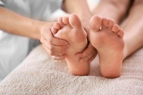 Como aliviar a dor no calcanhar com 6 remédios naturais