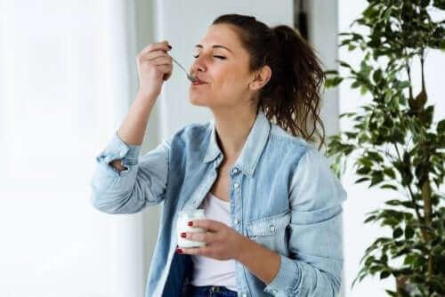 Mulher tomando iogurte