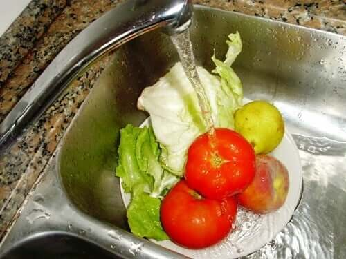 Lave verduras e frutas em uma bacia para economizar água e energia