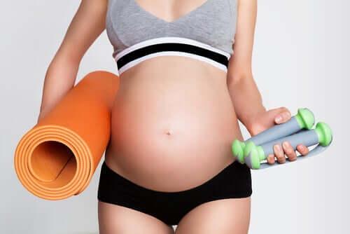 Prática de exercícios durante a gravidez: o que considerar?