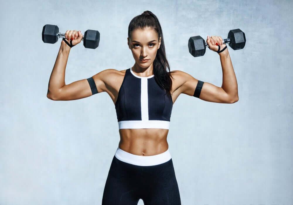 Mulher fazendo exercícios com pesos