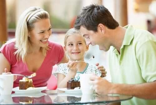 Família comendo um doce gostoso