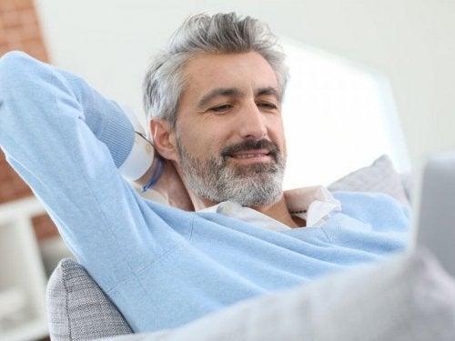 Homem com cabelo branco