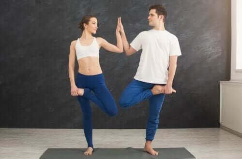 Ioga para casais: uma maneira de fortalecer a sua relação