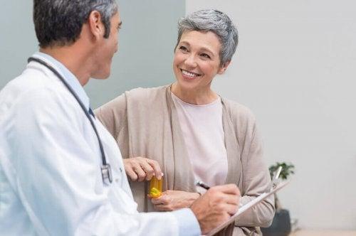Mulher na menopausa se consultando