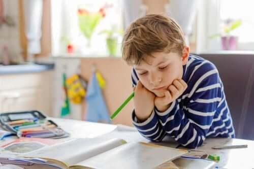 Trabalhos manuais para organizar a área de estudo das crianças