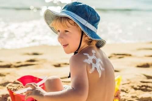 Por que é importante cuidar da pele das crianças no verão?