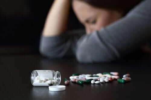 Mulher tomando ansiolíticos