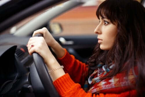 Mulher assustada ao volante