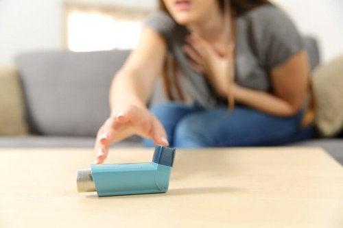 Mulher com crise de bronquite