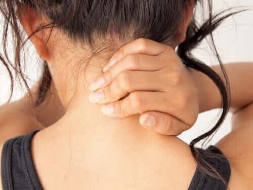 Mulher com dor no pescoço