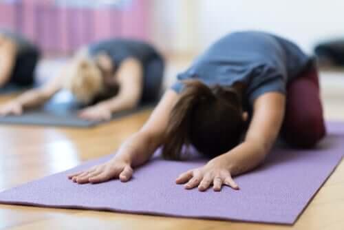 Fazer ioga para reduzir a dor da menstruação