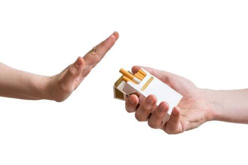 Pessoa negando cigarros