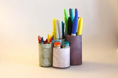 Porta-lápis caseiros feitos de latas reutilizáveis