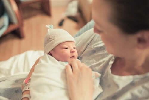 Mãe com seu bebê no colo