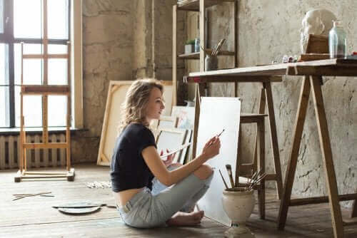 Mulher pintando um quadro