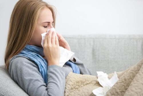 Jovem tentando se recuperar de uma gripe